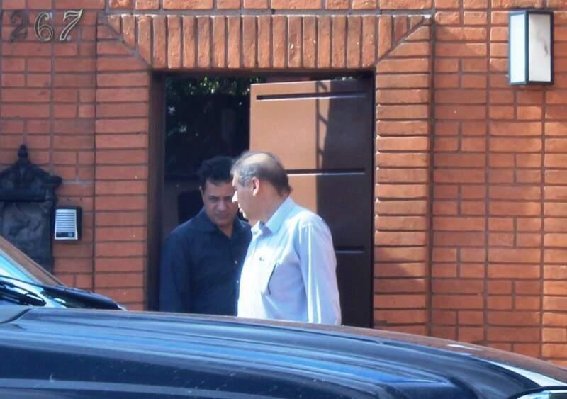 Bernal conversando com o vereador Cazuza pouco antes de entrar no carro