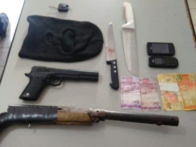 Armas e objetos apreendidos com os suspeitos (Foto: divulgação/Polícia Militar)
