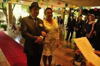 João e Simone durante a cerimônia que contou com a ajuda de amigos para acontecer (foto: Diogo Nassar)