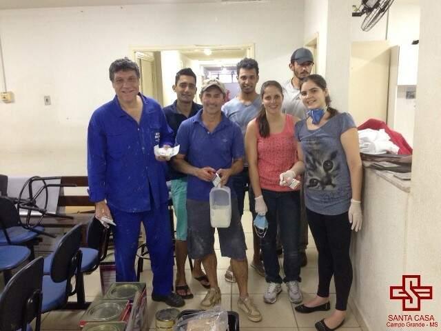 Milton dos Santos (centro) realiza os reparos no ambulatório com ajuda da família e amigos. (Foto:Divulgação)