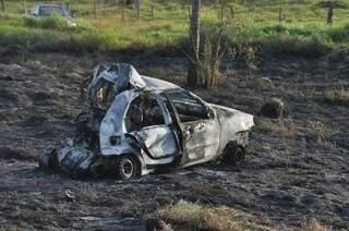 Veículo em que família estava pegou fogo e ficou completamente destruído. (Foto: Marcelo Calazans)
