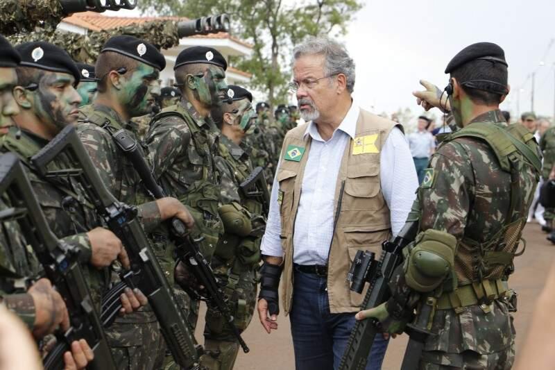 Raul Jungmann em visita à Brigada Guaicurus, na semana passada (Foto: Helio de Freitas)