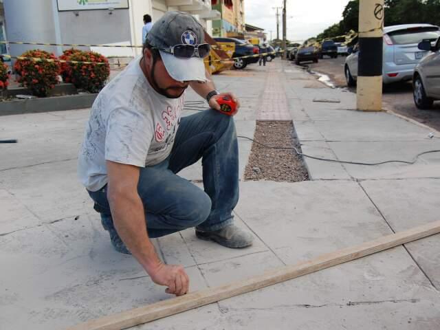 Notificados que buscam cumprir lei aquecem o mercado de mão-de-obra da construção e lojas de revenda. (Foto: Simão Nogueira)