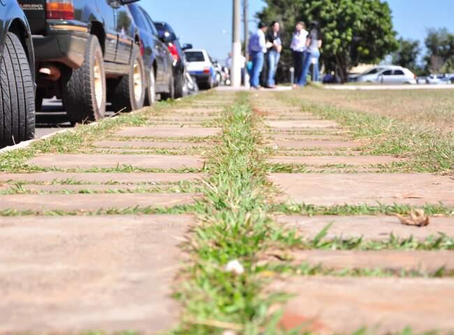 Calçada irregular no Parque dos Poderes.
