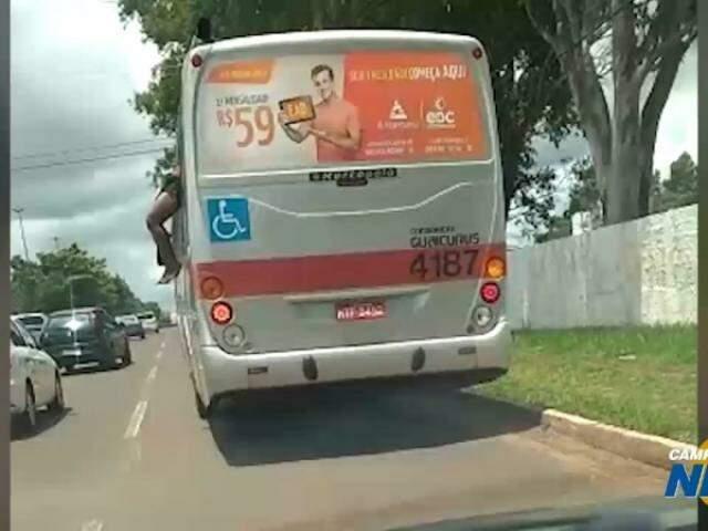 Homem tenta pular de ônibus em movimento na Consul Assaf Trad