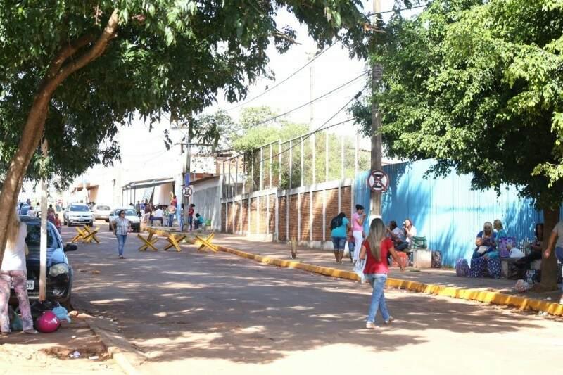 Movimentação em frente ao Complexo Penal de Campo Grande (Foto: Marcos Ermínio)
