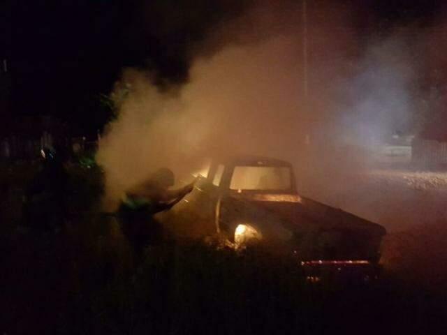 Camionete começou a pegar fogo e foi consumida pelas chamas logo após abastecimento (Foto: Direto das Ruas)