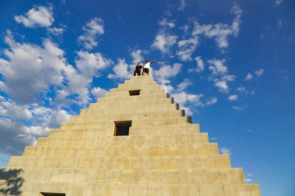 Pirâmide em formato de casa no Condomínio Zigurarts, um atrativo diferente na zona rural de Corguinho (Foto: Kisie Ainoã)