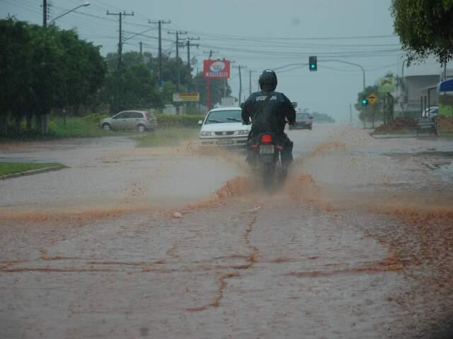 Rua Zulmira Borba inundada.
