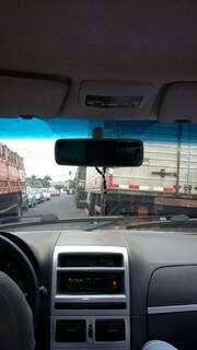 O estacionamento dos caminhões dificulta o trânsito dos outros veículos.(Foto:Direto das Ruas)