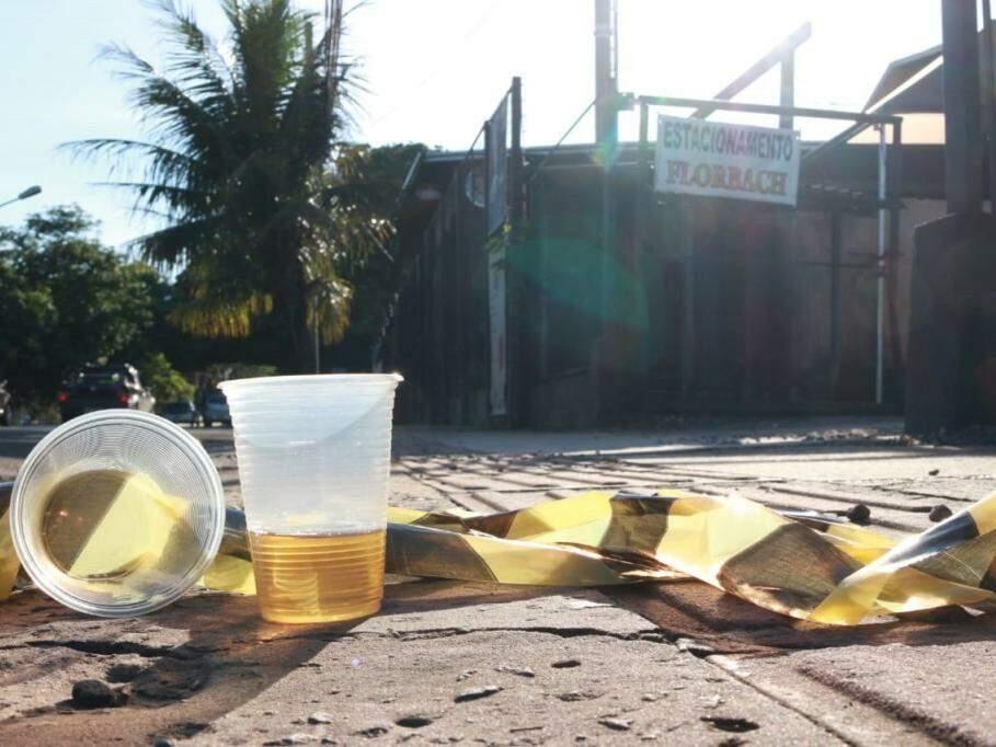 Restos de cerveja e material deixado pela perícia na cena do crime (Foto: Henrique Kawaminami)