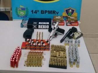 Munições e armas foram apreendidas pelos militares após a abordagem (Foto: Divulgação/PRE)
