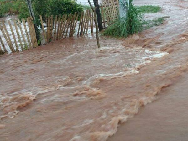 Enxurrada invadiu casas , principalmente dos bairros da região sul da cidade (Foto: Divulgação)