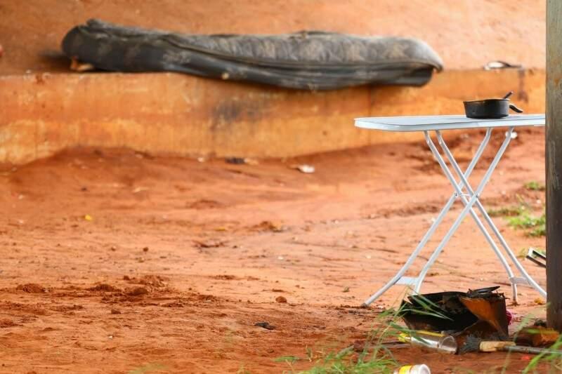 Panela, colchão e mesa são rastros da vida diária de quem mora na rua. (Foto: André Bittar)