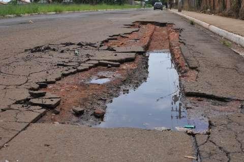 """Moradores reclamam de asfalto """"casca de ovo"""" na Vila Cidade Morena"""