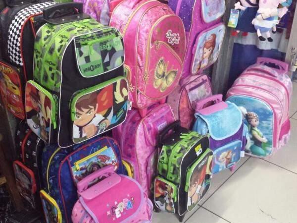 Lojistas do camelódromo reforçam estoque de mochilas para volta às aulas. (Foto: Renata Volpe)
