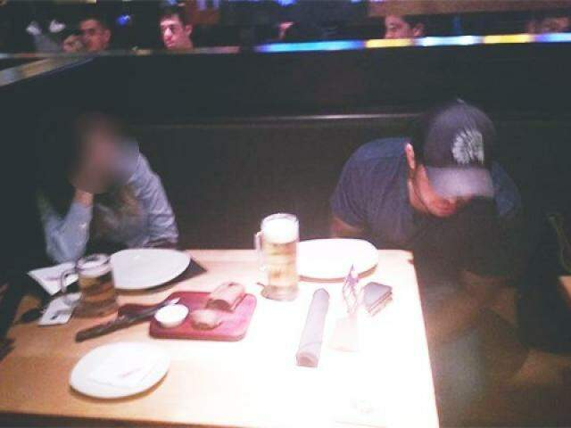 Christiano Almeida foi flagrado por amigos da vítima enquanto supostamente bebia em restaurante (Foto: Direto das Ruas)