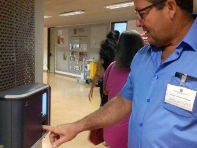 Servidores começam a registrar frequência no ponto eletrônico. (Foto: Mayara Bueno)