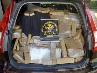 Carro roubado apreendido pelo DOF lotado de maconha (Foto: Divulgação)