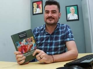 Guilherme é doutor em Ciências Sociais e lança seu livro após anos de pesquisa na região pantaneira. (Foto: Henrique Kawaminami)