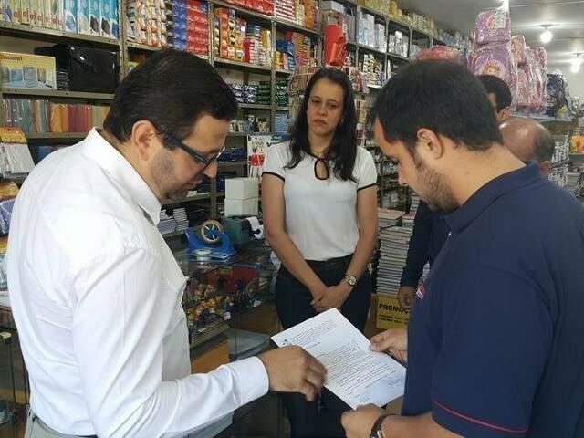 Lar colocou representantes pedindo dinheiro de porta em porta em Dourados (Foto: divulgação)