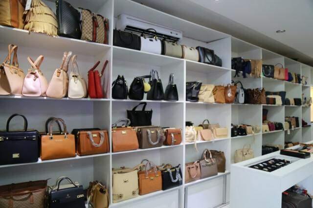 Loja tem mais de 300 bolsas.  (Foto: Alcides Neto)