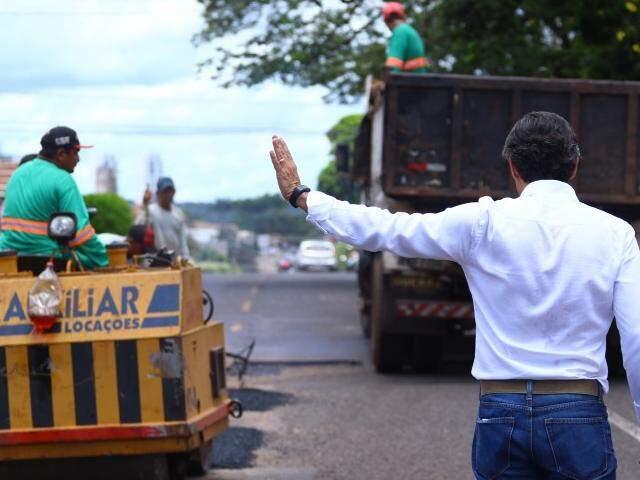 Prefeito vistoria operação tapa-buracos em cruzamento da rua Euclides da Cunha. (Foto: André Bittar)