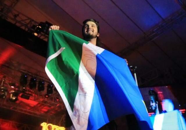 Com a bandeira de Mato Grosso do Sul, Luan Santana estreia nova turnê 1977
