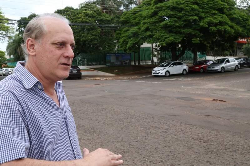 Para Anache, tapa-buraco gasta rio de dinheiro e deixa população insatisfeita. (Foto: Marcos Ermínio)