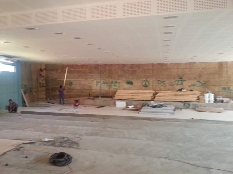 Operários trabalham para entregar os dois auditórios do prédio no início do ano letivo de 2014 (Foto: Zana Zaidan)