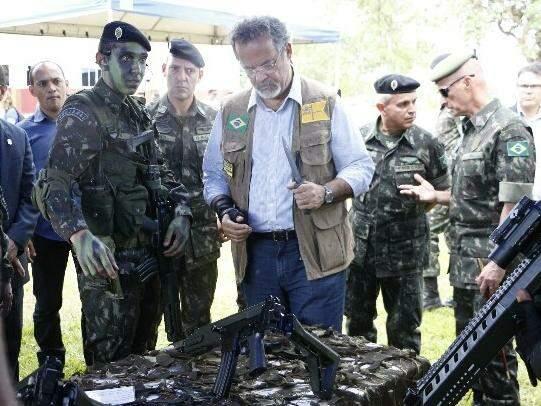 Ministro da Defesa Raul Jungmann, em visita à instalações do sistema de monitoramento em Dourados. (Foto: Helio de Freitas)