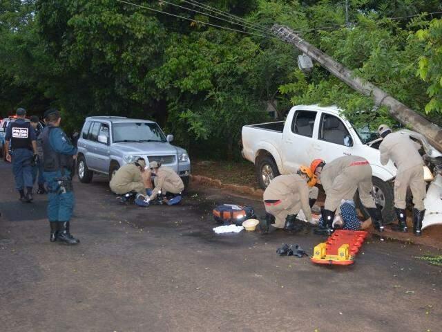Adolescente e padrasto sendo socorridos no dia do acidente. (Foto: Simão Nogueira)