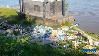 Lixo se acumula às margens do Rio Paraguai
