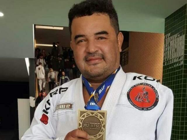Adilson conquistou o bronze na categoria faixa preta máster 3 pesadíssimo. (Foto: Arquivo Pessoal)