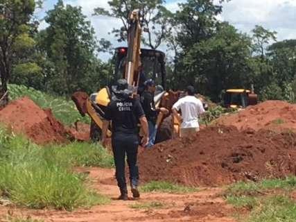 Polícia retoma escavações e encontra mais duas ossadas de mulheres