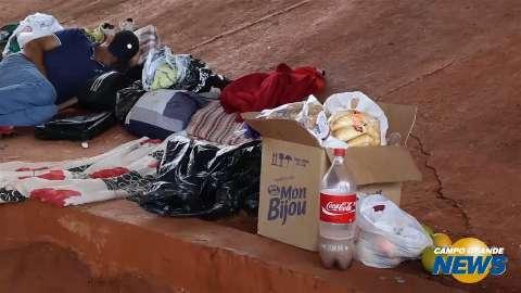 Sem ter o que comer, despejados do Cetremi sobrevivem de doações