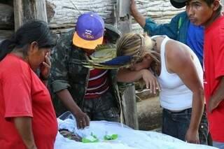 O irmão Mariano Vilhaça observa o rosto de Simeão (Foto: Marcos Ermínio)