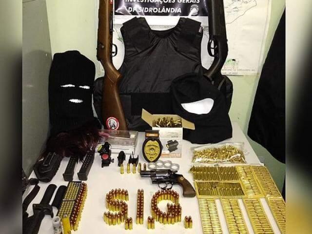 Munições e armas apreendidas com o suspeito (Foto: Divulgação)