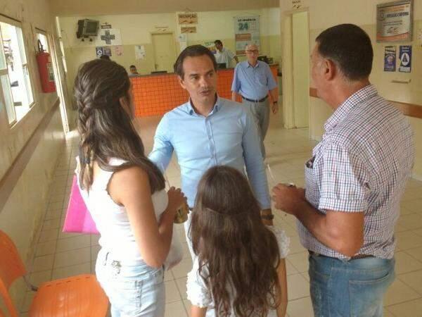 Prefeito conversou com pacientes (Foto: Alberto Dias)