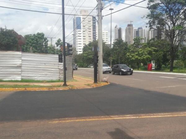 Capa do asfalto foi trocada na esquina da rua Coronel Cacildo Arantes com a Afonso Pena. (Foto: André Bittar)