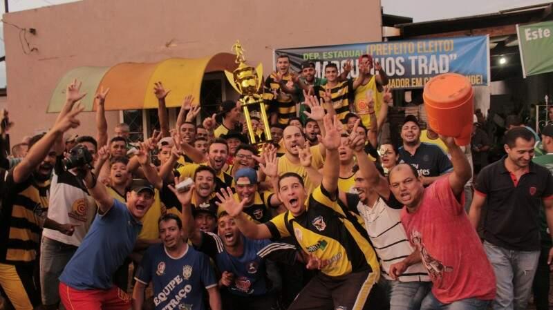 O time do Vó Maria fez a festa do título ao vencer o Segunda Pele por 3 a 2 na final (Foto: Julio Sérgio)