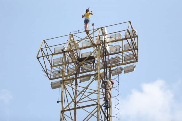 Mulher ameaçou se jogar da torre de iluminação do estádio Morenão, em setembro do ano passado, mas foi salva pelos bombeiros. (Foto: Marcelo Victor/Arquivo)