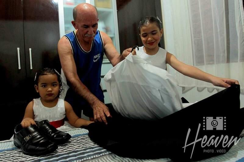 Antes de se vestir, netinhas ajudam o vô com o terno. (Foto: Heaven Photo e Video)