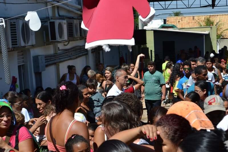 Vários pais levaram os filhos para se divertir no dia de festa (Foto: Aliny Mary Dias)