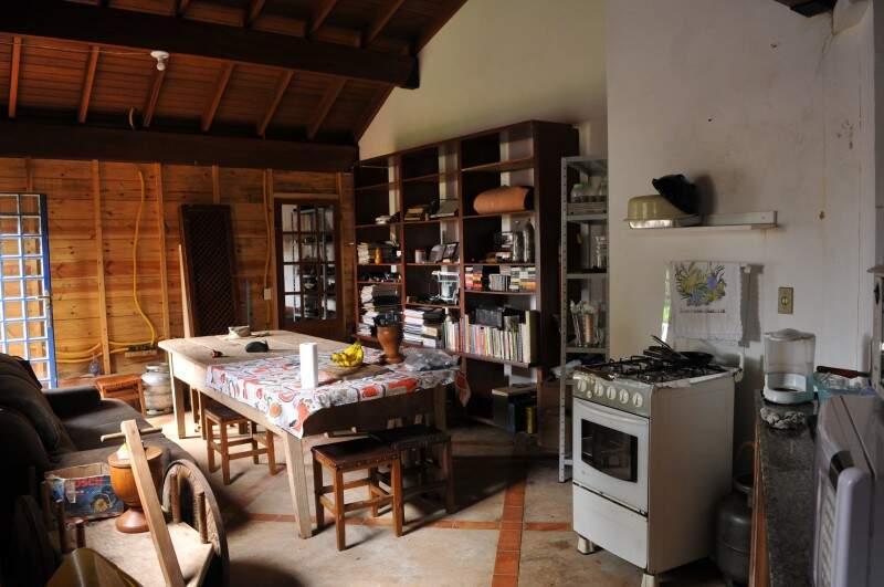 Na cozinha, objetos antigos que o aposentado nunca se desfez. (Foto: Alcides Neto)