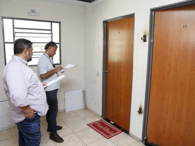 Fiscais da Caixa verificam ocupação de imóveis e, em caso de problemas, dão prazo para regularização. (Foto: Renê Marcio Carneiro/PMC)