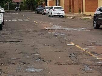 Asfalto da rua está em péssimas condições.  (Foto: Direto das Ruas)