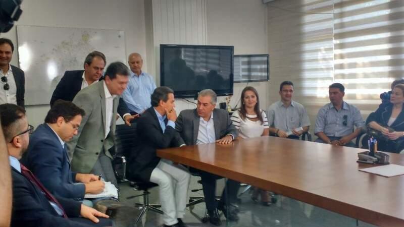 Sentados no centro, Marquinhos Trad e Reinaldo Azambuja. Em pé, à esquerda, o presidente da Câmara, João Rocha. (Foto: Mayara Bueno)