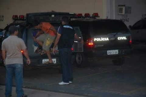 Garoto se entrega e admite estupro de uma das vítimas de assalto em chácara