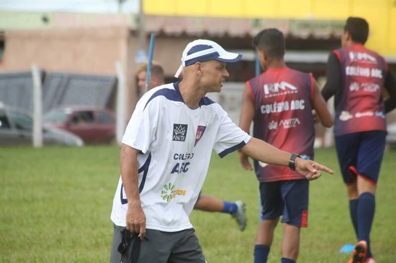 Robert orientando seu time, o Clube União/ABC, no treino deste sábado (Foto: Marcos Ermínio)